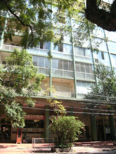 APTO 3 dormitórios em OTIMO estado de conservação, 3 suites c/ hidro em 1 living c/ 3 ambientes, sacada , hall, cozinha, dorm. empregada, despensa, wc auxiliar, área serviço com espera para máquina, água quente, vista panorâmica, esquadrias em MAD. PINTADA - 1 vaga de garagem - Escriturado - Imediações: PRAÇA JULIO - construção em: 1966 - 205 m2 de área privativa, - 268 m2 de área total, - Usado - Edificio em OTIMO estado de conservação, controle remoto, fachada em pastilha, salão de festas, churrasqueira, portaria 24h, zelador. - 2 unidades por andar .Original 4 dorms. transformados em 3 suítes, todas as sacadas formaram 1 sacadão c/vista deslumbrante. Os banhs. são todos novos com fino acabamento, reformados hidráulica e elétrica.