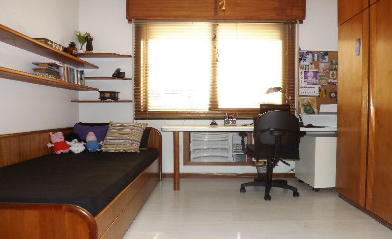 APTO 2 dormitórios em OTIMO estado de conservação, armários em 1, suite, closet em 1 dorm, living c/ 2 ambientes, hall, 1 banheiro social, copa e cozinha, cozinha montada, área serviço com espera para máquina, água quente, espera para ar central, vista panorâmica, esquadrias em MAD. PINTADA - 2 vagas de garagem - Escriturado - Imediações: VICTOR HUGO - construção em: 2000 - 89 m2 de área privativa, - 158 m2 de área total, - Usado - Edificio em BOM estado de conservação, fachada em pastilha, c/ gás central, jardim, gradil, salão de festas, portaria 24h, zelador. - 3 unidades por andar . Peças amplas, living em tabuão, muito sol.Ligue e agende sua visita.
