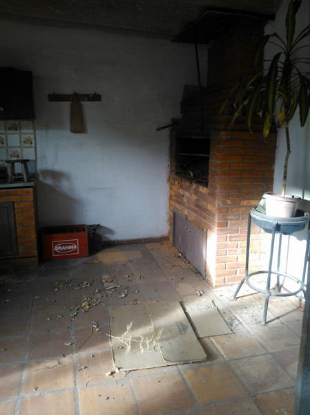 Vendo CASA 5 dormitórios em BOM estado de conservação, living c/ 3 ambientes, c/lareira, churrasqueira no imóvel, sacada , hall, lavabo, sala de jantar, 1 banheiro social, copa/cozinha, dorm. empregada, despensa, wc auxiliar, área serviço com espera para máquina, - 235 m2 de área privativa, - 235 m2 de área total, - Usado esquadrias em MAD. PINTADA jardim, gradil, - 2 vagas de garagem - Imediações: NACIONAL VICENTE DA FONTOURA - construção em: 1962 , Casa muito ampla, terreno 9,30 x 50,10, propria p/clinica, tem 2 patios, serve tambem como terreno. Otima localizaçao.