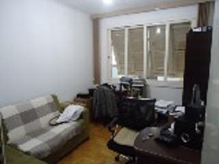 Ótimo apartamento de dois dormitórios. Térreo, com apenas um lance de escada. Cozinha americana montada. Banheiro Social, Área de serviço. Pátio com jardim. Próximo ao Forum. Bombeiros, Churrascaria, Super mercado.