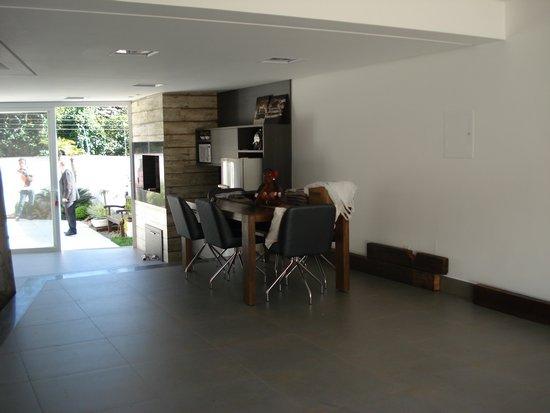 CASA 3 dormitórios suite c/  hidro,    closet em 1 dorm,    living,   churrasqueira no imóvel,   - 297 m2 de área privativa   - 297 m2  de área total   - Novo - Imediações: Rua Amapá  - construção em: 2014 Excelente casa nova (18 meses de construção), totalmente mobiliada com luxo e requinte, três amplos dormitórios (um suite master com hidromassagem), garagem pata três carros, pátio com piscina com espera para aquecimento, churrasqueira, acabamento de primeira, junto a natureza e de todas as facilidades da zona sul. Vale a pena conferir. Agendar visita com antecedência.