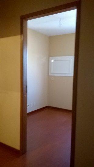 CONJ  - 29 m2 de área privativa   - 29 m2  de área total   - Usado em OTIMO estado de conservação, Excelente sala comercial (com divisão interna em gesso), banheiro, janelas com filme, box escriturado, próximo ao HMD