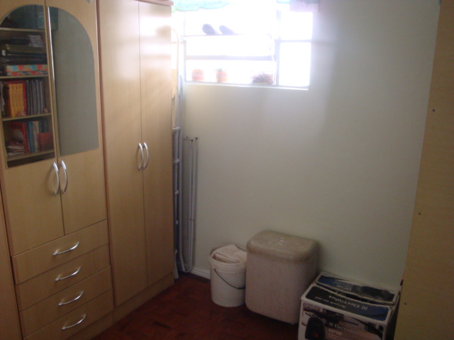 APTO 2 dormitórios em OTIMO estado de conservação,       living c/ 2 ambientes,    sala de jantar,   1 banheiro social,    copa/cozinha,    dorm. empregada,   área serviço com espera para máquina, esquadrias em MAD. PINTADA   - 1 vaga de garagem  - Imediações: OLIMPICO / OSCAR PEREIRA  - construção em: 1970  - 80 m2 de área privativa   - 127 m2  de área total   - Usado em OTIMO estado de conservação,  Controle Remoto,   fachada em pintura,   Gradil,   - 4 aptos por andar EXCELENTE APTO 2 DORM C/ DEP DE EMPREGADA, 80 m² PRIVATIVOS, 1 VAGA DE ESTACIONAMENTO, PEÇAS AMPLAS, MUITO BEM CONSERVADO, E SEGURO, C/ CERCA ELETRÔNICA, SOL DA MANHÃ, ÔNIBUS  E LOTAÇÃO NA PORTA, 10 MINUTOS DO CENTRO, PRÓXIMO A TODOS RECURSOS. MARQUE  SUA VISITA.