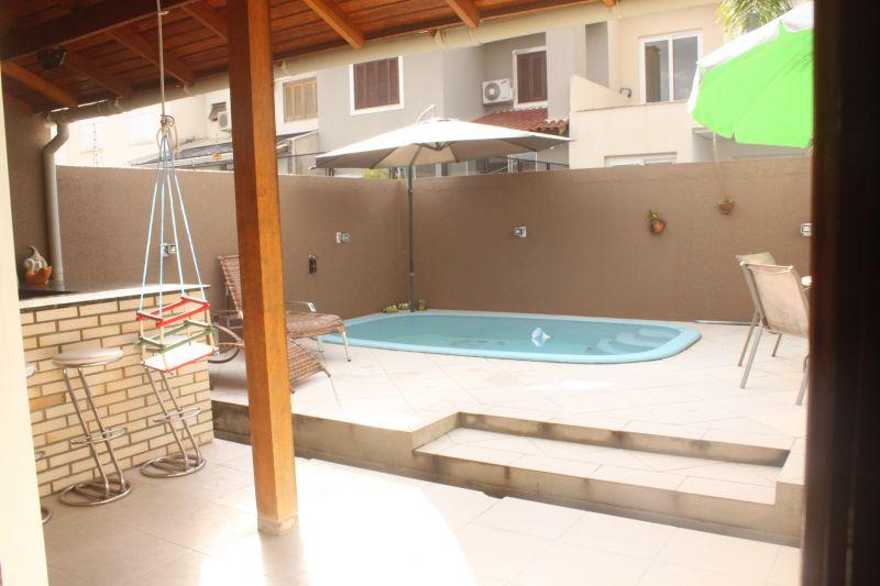Excelente casa térrea no Lagos de Nova Ipanema, com três dormitórios sendo uma suíte, living com dois ambientes, sala de estar com lareira, cozinha americana montada, amplo pátio com piscina e churrasqueira coberta. Agende sua visita!!!