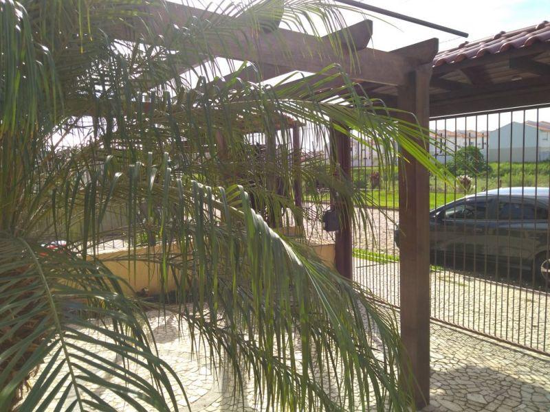 Ótima casa térrea mobiliada no loteamento Moradas do Sul, com três dormitórios, living com dois ambientes, sala de estar com lareira, cozinha montada, área de serviço, pátio, área gourmet com churrasqueira coberta. Agende sua visita!